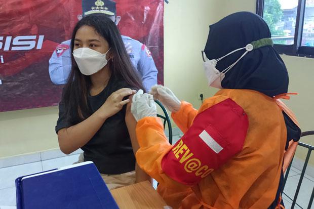 Vaksinasi Covid-19 di Jaksel, Warga Dapat Bantuan Paket Sembako