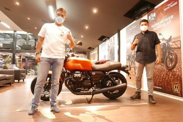 Vespa GAIA Moto Serahkan Unit Pertama Moto Guzzi New V7 Stone di Indonesia