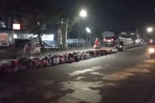 Hanya di Ciledug, Sampah Dijadikan Trotoar Pembatas Jalan