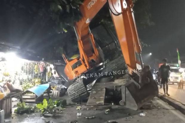 Hendak Diangkut, Ekskavator Terguling di Jalan Raden Fatah Ciledug