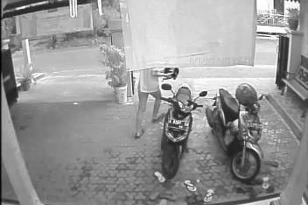 Ditinggal Belanja 2 Menit, Helm Seharga Rp500.000 Raib di Minimarket Otista