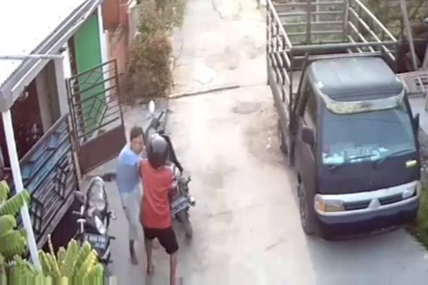 Pelaku Penganiayaan Terhadap Tetangga Pakai Kapak Terus Diburu Polisi