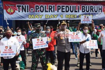 Peringati May Day, TNI-Polri Bagikan Sembako kepada Buruh di Semarang