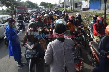 Petugas Gabungan Periksa Suhu Tubuh Pengendara di Perbatasan Demak-Semarang
