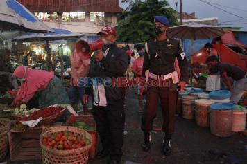 Polisi Militer Gelar Razia Masker di Pasar Karanganyu Semarang