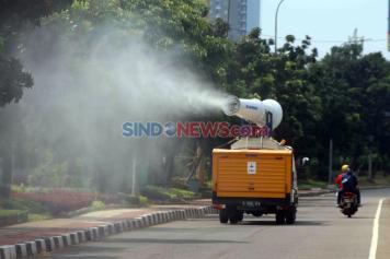 Mobil Gunner PMI Lakukan Penyemprotan Disinfektan di Sepanjang Jalan Letjen Soeprapto Jakarta
