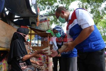 Posko Masak Satgas Bencana BUMN DKI Bagikan Makanan Kepada Warga Terdampak Covid-19