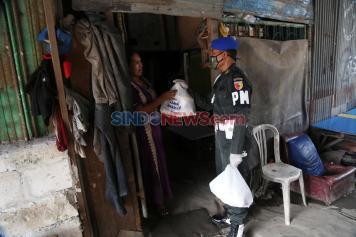 Denpom V/4 Surabaya Bagikan Sembako di Kampung Pemulung