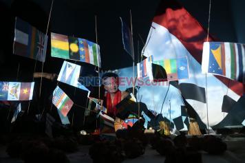 Teater Ragil Surabaya Pentaskan Dunia Setengah Tiang