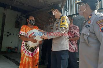 Polrestabes Semarang Door to Door Bagikan Sembako di Kelurahan Mangunharjo