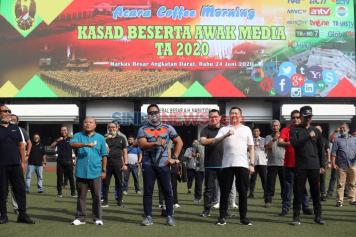 Hary Tanoesoedibjo dan KSAD Andika Perkasa Olahraga Bersama di Mabes AD