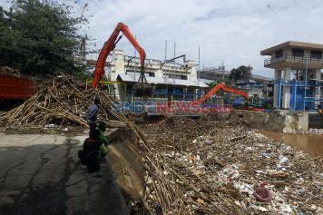 Debit Air Naik, Pintu Air Manggarai Dipenuhi Gunungan Sampah