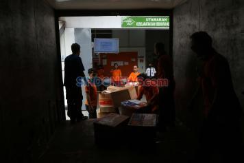 Aktivitas Pekerja Paket Pos Indonesia di Masa Pandemi