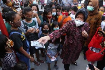 Wali Kota Risma Bagikan Masker ke Warga