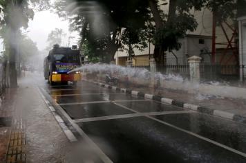 Mobil Water Canon Polisi Semprotkan Disinfektan di Kawasan Tebet