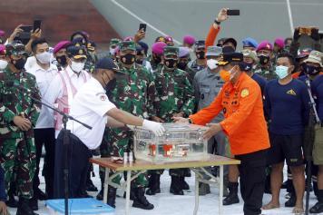 Basarnas Serahkan Black Box Sriwijaya Air SJ182 Kepada KNKT