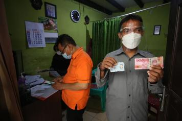 Pos Indonesia Salurkan BST Kemensos untuk Warga Sawah Besar