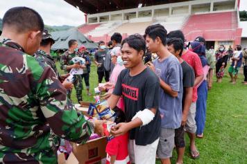 Dharma Pertiwi Peduli TNI Salurkan Bantuan ke Ratusan Pengungsi Gempa Mamuju