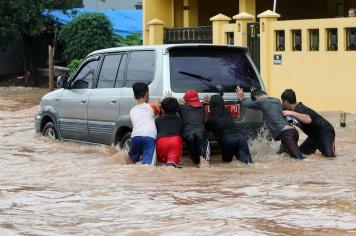 Akses Jalan Puri Gading Terendam Banjir