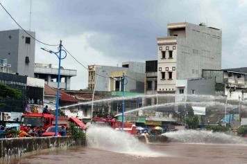 Pemprov DKI Jakarta Kerahkan Mobil Pemadam Kebakaran Sedot Air di Jalan Jatinegara Barat