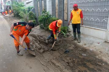 Banjir Surut, Warga Bersihkan Sampah dan Lumpur di PGP Jatiasih