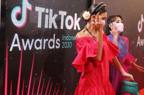 Foto Luna Maya Dan Ayu Dewi Tampil Kompak Di Ajang Tiktok Awards 2020