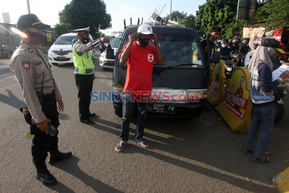 Petugas Gabungan Lakukan Pengawasan Pelaksanaan PSBB Kota Bekasi-3