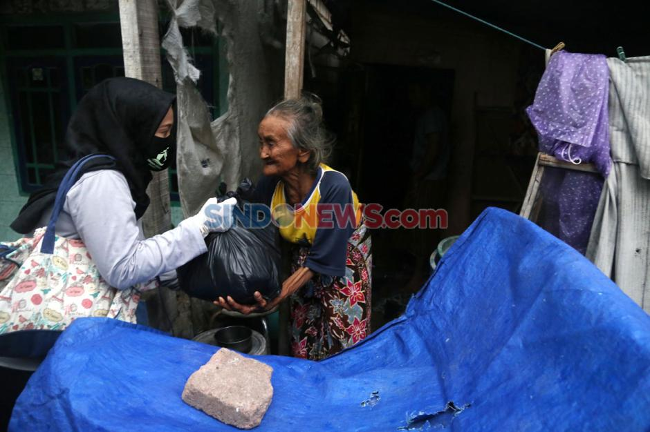 SLC Bagikan Paket Sembako di Kampung Nelayan Surabaya-1