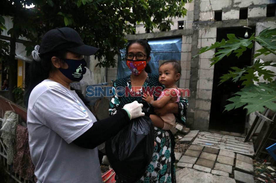 SLC Bagikan Paket Sembako di Kampung Nelayan Surabaya-3