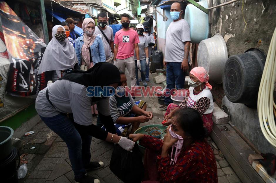 SLC Bagikan Paket Sembako di Kampung Nelayan Surabaya-2