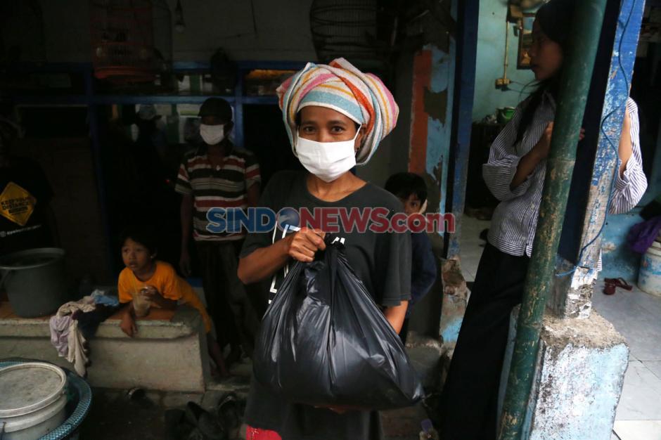 SLC Bagikan Paket Sembako di Kampung Nelayan Surabaya-4