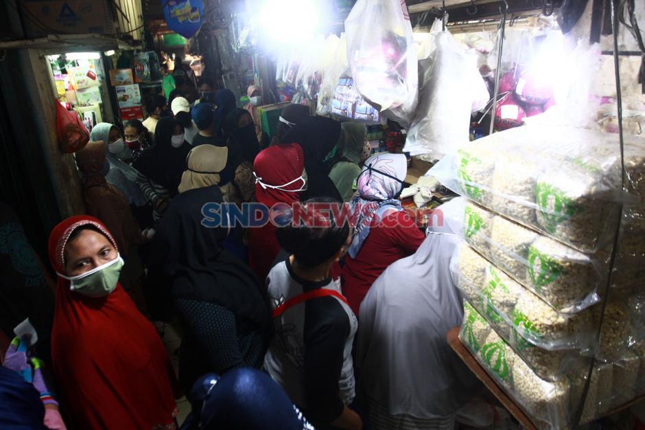Jelang Lebaran, Pasar Pondok Labu Ramai Pembeli-3
