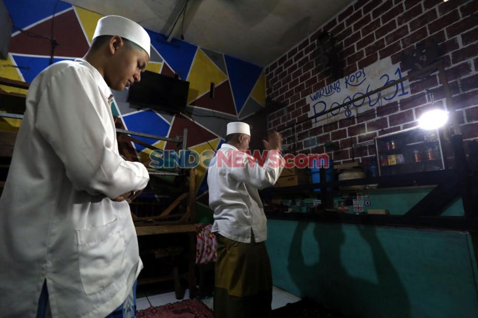 Keluarga Ini Manfaatkan Warkop untuk Ibadah Salat Tarawih-1