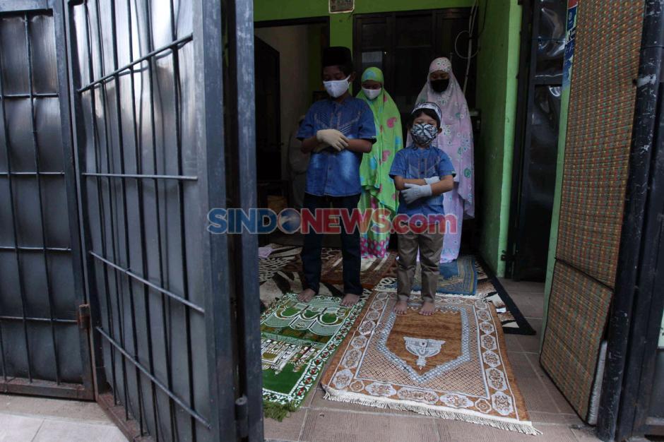 Berjamaah dengan Tetangga Satu Gang, Warga Cipulir Khusuk Salat Idul Fitri-6