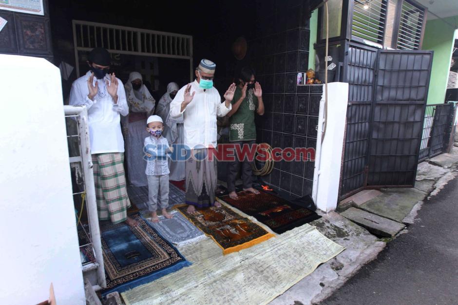 Berjamaah dengan Tetangga Satu Gang, Warga Cipulir Khusuk Salat Idul Fitri-7