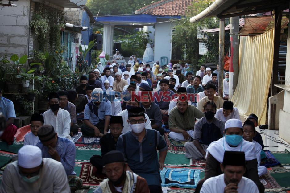 Meski di Dalam Gang, Warga Tetap Menggelar Salat Idul Fitri-3