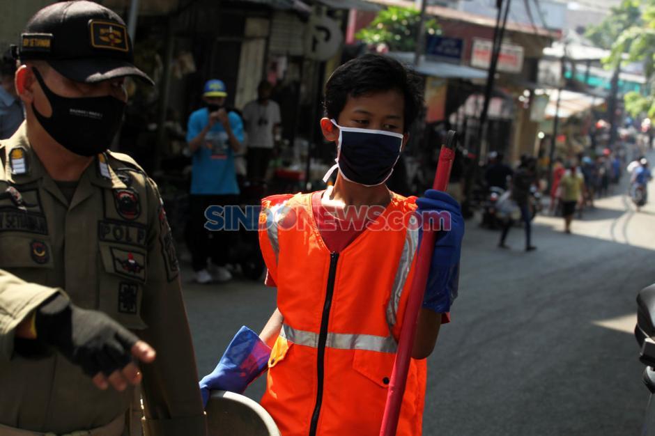 Pelanggar PSBB di Pasar Cipete Disanksi Menyapu Jalan-4