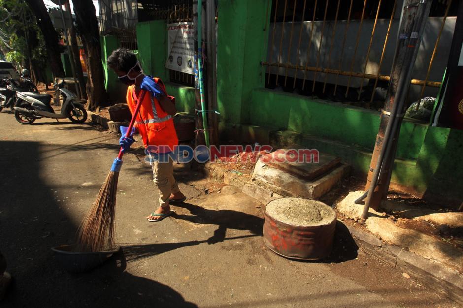 Pelanggar PSBB di Pasar Cipete Disanksi Menyapu Jalan-3