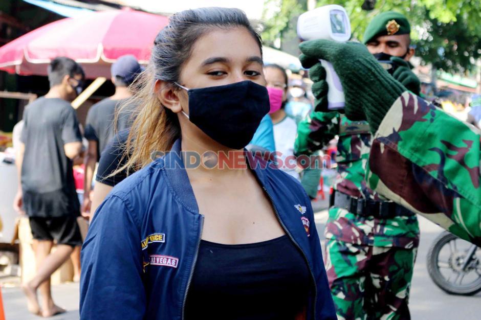 Anggota TNI Periksa Suhu Tubuh Pengunjung Pasar Serdang Kemayoran-5