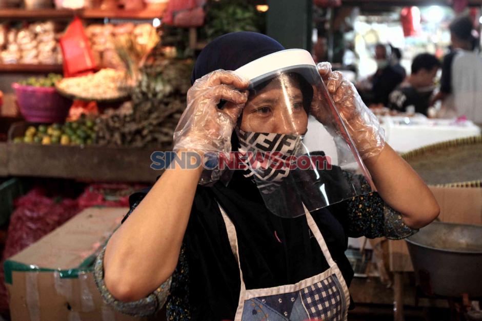 Siap Sambut New Normal, Pedagang Pasar Senen Gunakan Pelindung Wajah-3