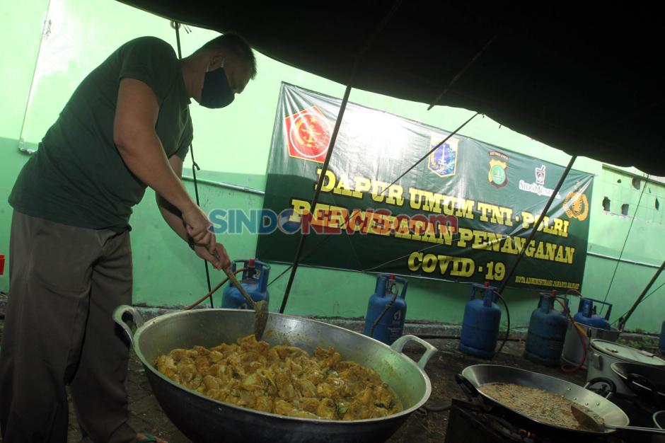 Dapur Umum Kodim 0503/JB Sediakan 300 Nasi Box Untuk Warga Terdampak Covid-19-1