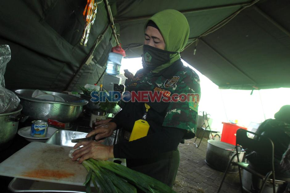 Dapur Umum Kodim 0503/JB Sediakan 300 Nasi Box Untuk Warga Terdampak Covid-19-4
