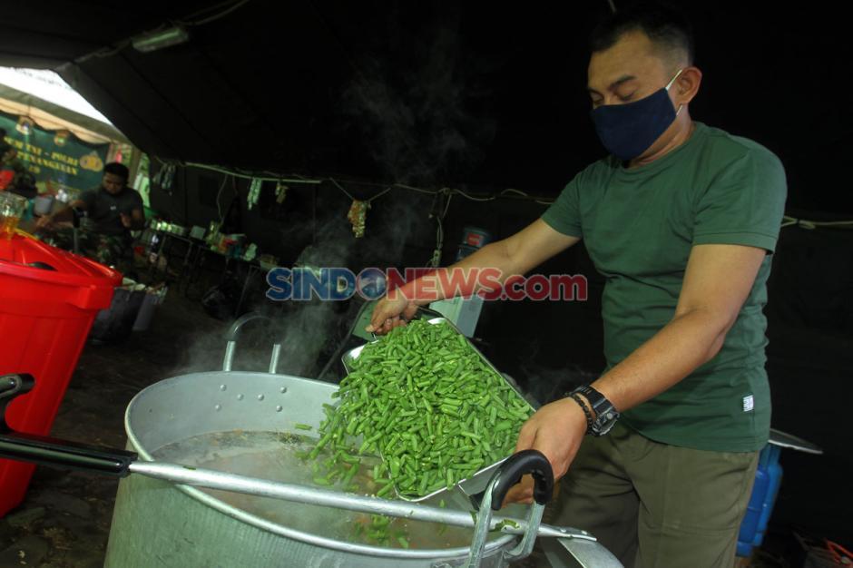 Dapur Umum Kodim 0503/JB Sediakan 300 Nasi Box Untuk Warga Terdampak Covid-19-6
