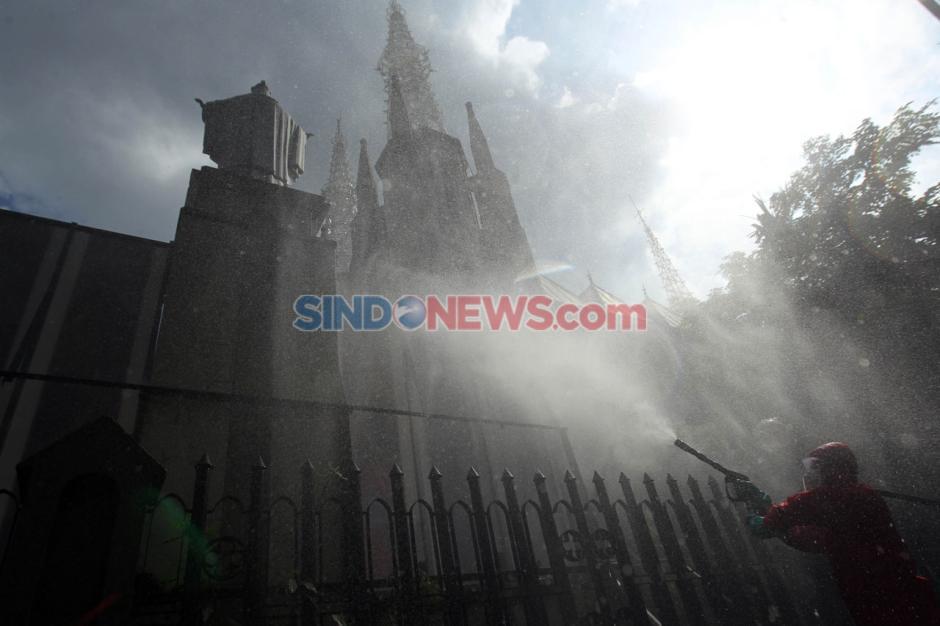 Pencegahan Covid-19, Petugas Damkar Semprot Disinfektan di Gereja Katedral-6