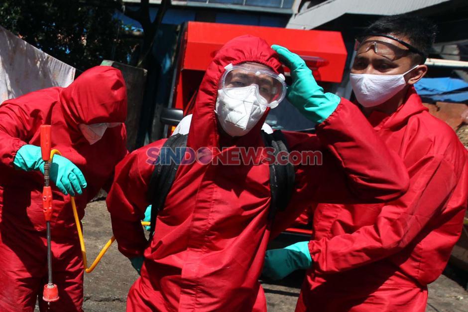 Cegah Penyebaran Corona, Petugas Damkar Lakukan Sterilisasi Kawasan Pasar Minggu-1