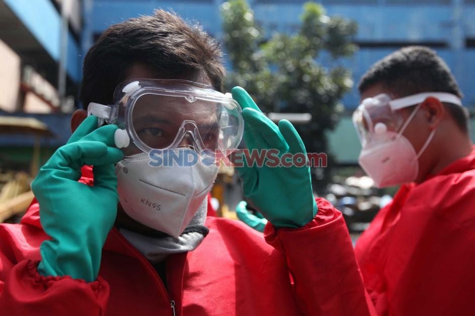 Cegah Penyebaran Corona, Petugas Damkar Lakukan Sterilisasi Kawasan Pasar Minggu-2