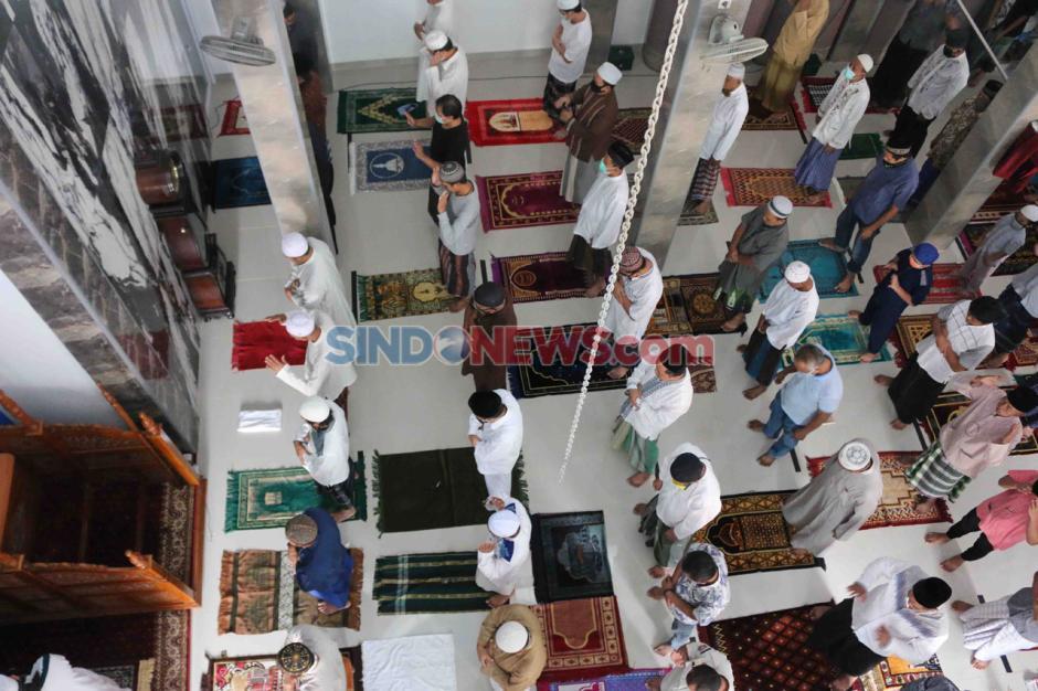 Kenakan Masker dan Berjarak, Warga Laksanakan Salat Jumat di Masjid Nursalam Kemayoran-1
