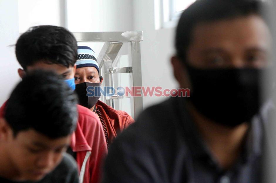 Kenakan Masker dan Berjarak, Warga Laksanakan Salat Jumat di Masjid Nursalam Kemayoran-5