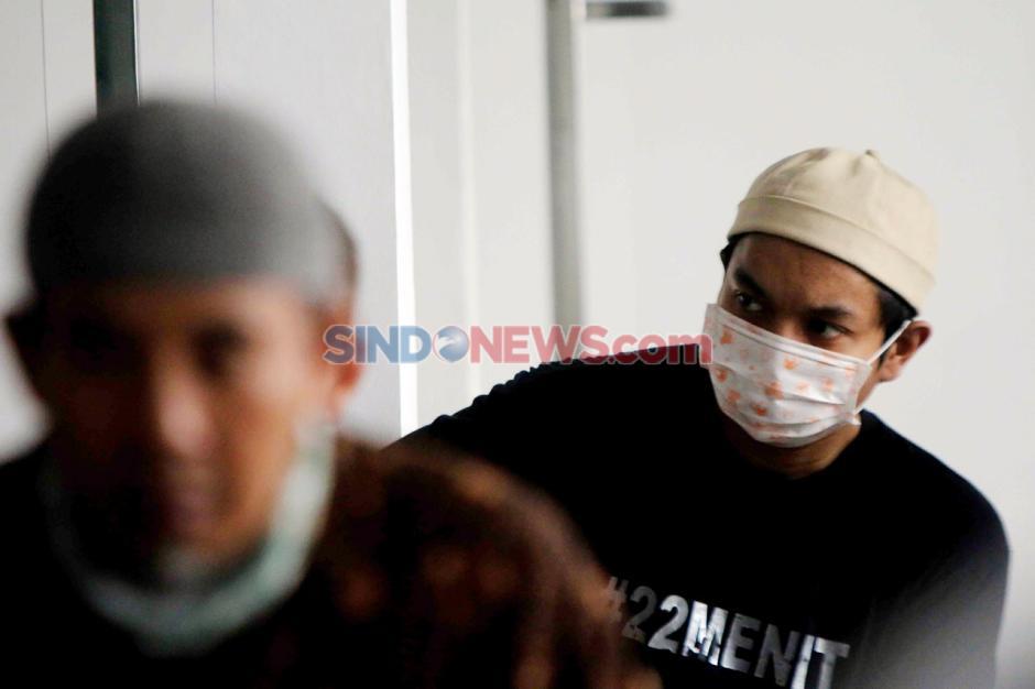 Kenakan Masker dan Berjarak, Warga Laksanakan Salat Jumat di Masjid Nursalam Kemayoran-3