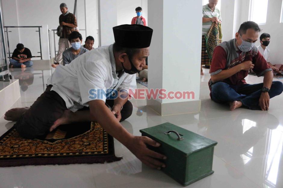 Kenakan Masker dan Berjarak, Warga Laksanakan Salat Jumat di Masjid Nursalam Kemayoran-2